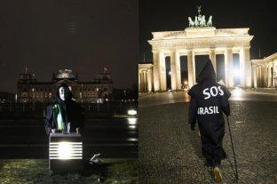 """Un brasileño vestido de """"la Muerte"""" protesta en Berlín contra Bolsonaro por el coronavirus"""