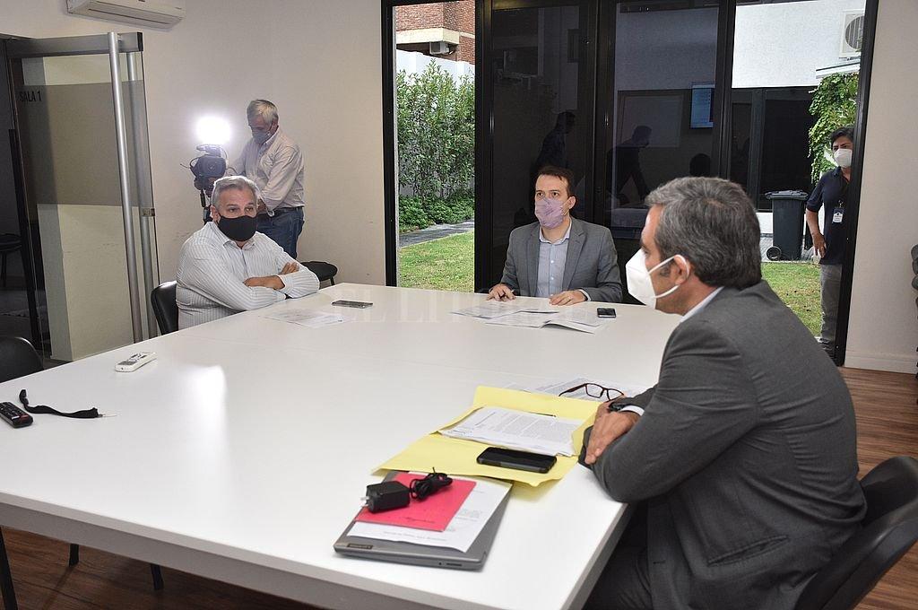 Blanco, Farías y Martínez volvieron a estar en forma presencial en la comisión de Juicio Político que siguió analizando el tema Sain. Crédito: Flavio Raina
