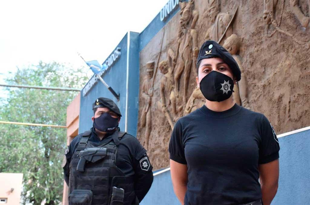 Oficial de Policía Daniela Benítez, quien realizó las maniobras de RCP y el Suboficial Rodrigo González, chófer que realizó el traslado. Crédito: El Litoral