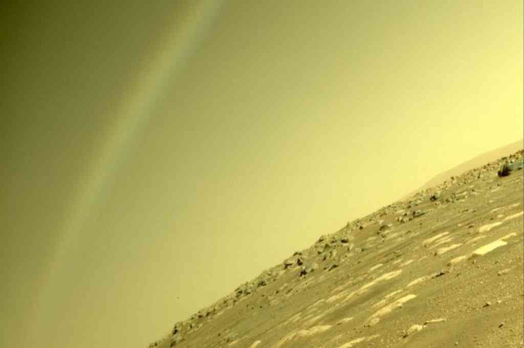 """¿Es eso un arcoíris en Marte? No. El arcoíris no es posible aquí.Este arco es un destello de la lente"""", explicaron los científicos. Crédito: Twitter"""