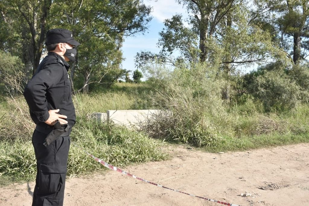 Durante la mañana del jueves personal policial volvió al lugar donde fue hallado cuerpo y realizó inspecciones. Crédito: Guillermo Di Salvatore