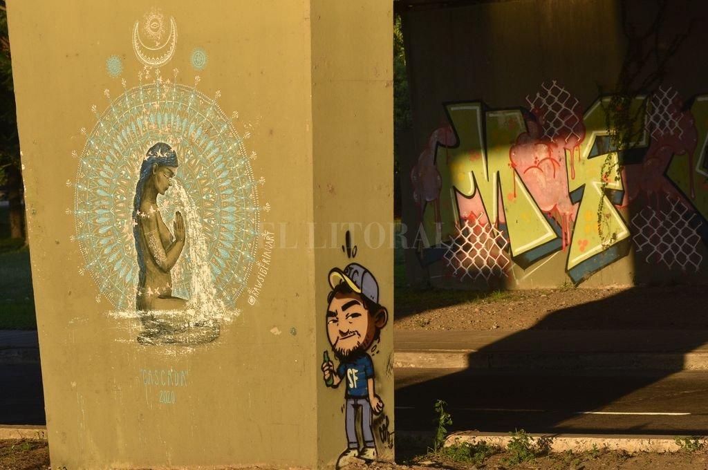 INSTANTÁNEA - Extraño encuentro de grafitis y culturas bajo el Puente Oroño. Crédito: Flavio Raina