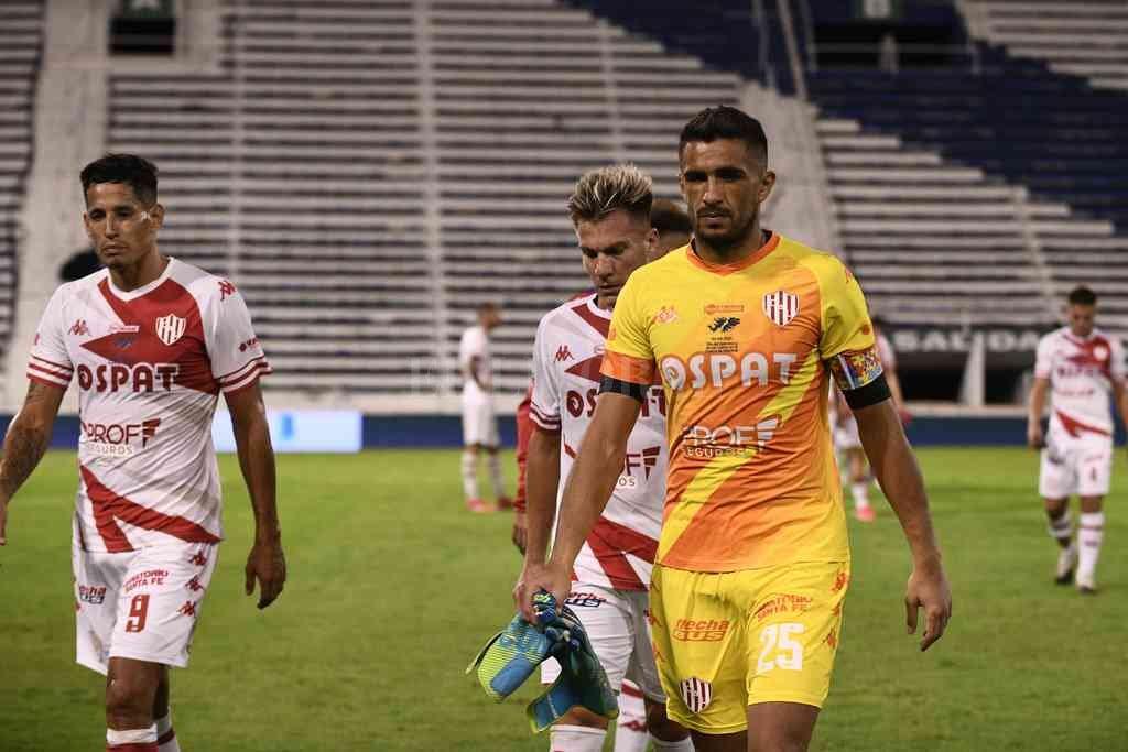 Sebastián Moyano saliendo del campo de juego de Vélez, luego de la derrota del domingo pasado, escoltado por Márquez e Insaurralde. Crédito: Matías Nápoli