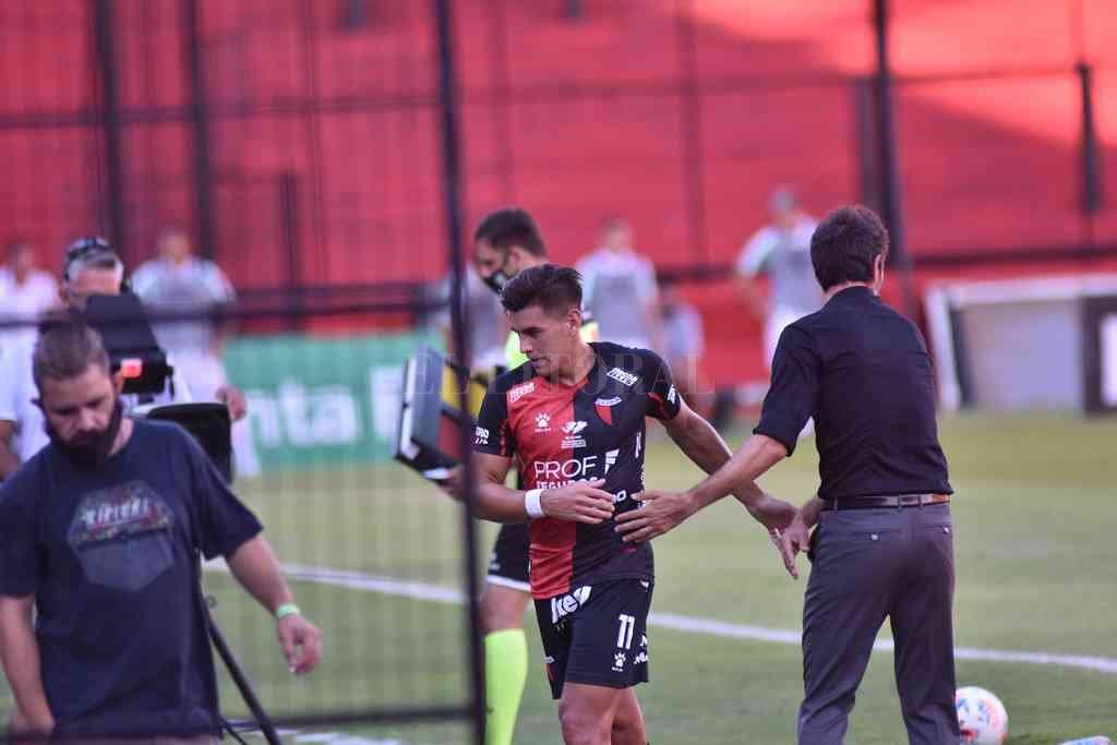 Eduardo Domínguez saluda a Alexis Castro cuando lo sacó el domingo pasado ante Argentinos Juniors. Es un jugador que le ha dado resultados, por más que no estuvo en un buen nivel, como el resto del equipo, ante el Bicho de La Paternal. Crédito: Mauricio Garín