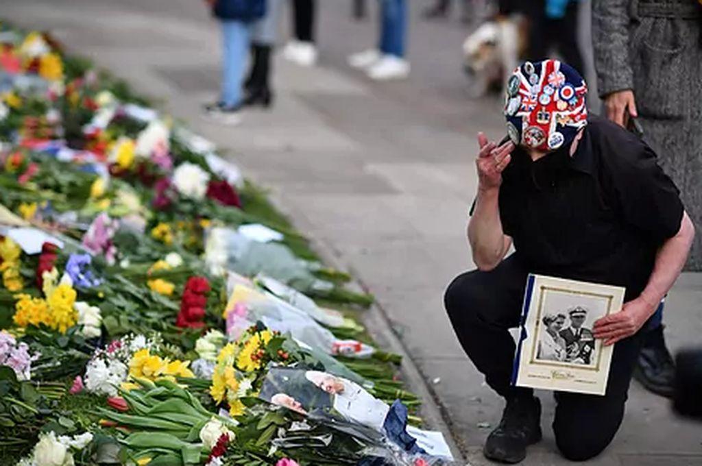 La gente acerca ofrendas florales al palacio de Windsor Crédito: AFP