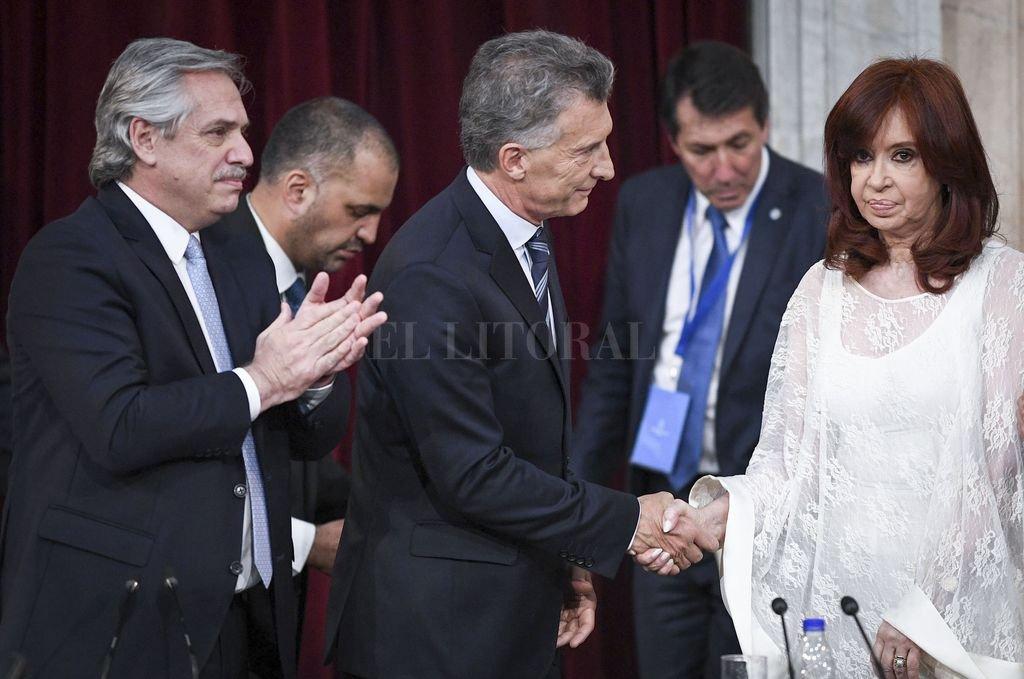 Alberto Fernández, Mauricio Macri y Cristina Fernández de Kirchner durante el traspaso de mando en 2019. Crédito: Archivo
