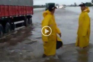 """Video: camioneros """"con el agua hasta la rodilla"""" entre San Genero y Centeno"""