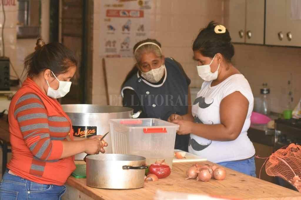 """""""El tema alimentario está al rojo vivo""""   - Durante los fines de semana, en La Poderosa se elaboran 500 raciones de comida para la población más vulnerable. En la semana se activan los mercados populares.    -"""