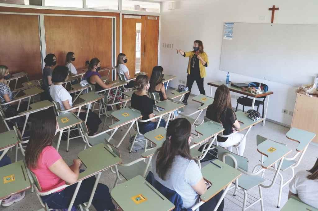 Grupos de ingresantes, estudiantes de segundo año y docentes comenzaron a volver a las aulas, cumpliendo con los protocolos sanitarios establecidos.    Crédito: Gentileza UCSF