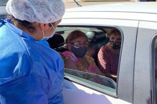 Docentes y policías de Santo Tomé, los que siguen en la lista - Protegidos. Los adultos mayores se van acercando al Samco de Santo Tomé para ser inoculados contra el coronavirus.