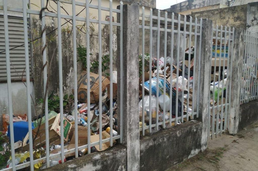 Una mujer de Corrientes usa su propia casa como basurero -  -