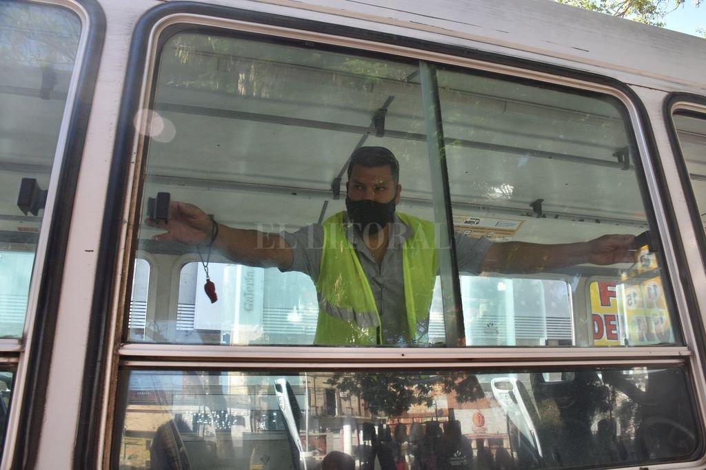 Abiertas. Al menos cuatro ventanillas -dos de cada lado- deberán permanecer abiertas para garantizar la circulación de aire cruzada a bordo de los colectivos urbanos de la ciudad. Crédito: Flavio Raina