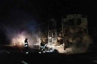 Se incendió un camión sobre la ruta 14 en Corrientes
