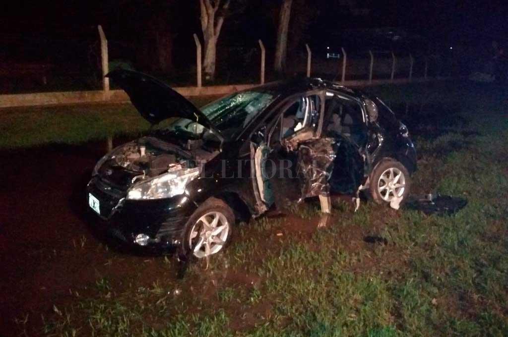 El vehículo se estrelló con gran violencia contra un árbol. Crédito: El Litoral