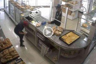 Violento robo en una panadería de Av. Blas Parera - El momento en que el malviviente amenaza a la empleada.