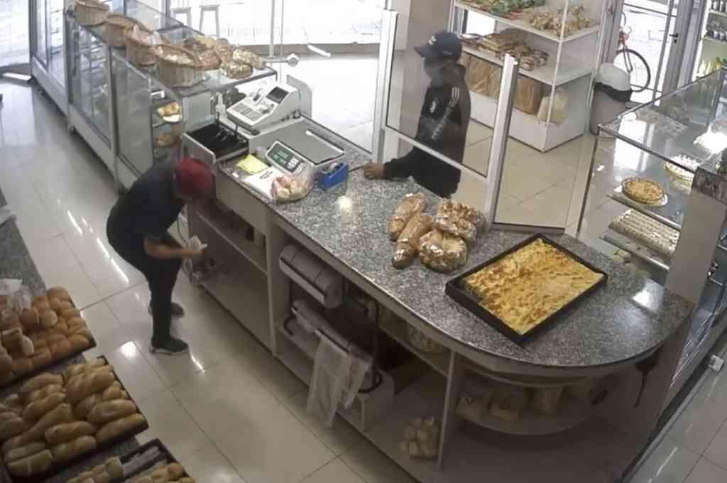 El momento en que el malviviente amenaza a la empleada. Crédito: Captura de video