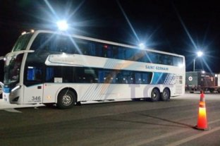 Detuvieron un colectivo con 25 jubilados de Santa Fe y Córdoba que viajaban siendo positivos de Covid - El colectivo que trasladaba a los jubilados.