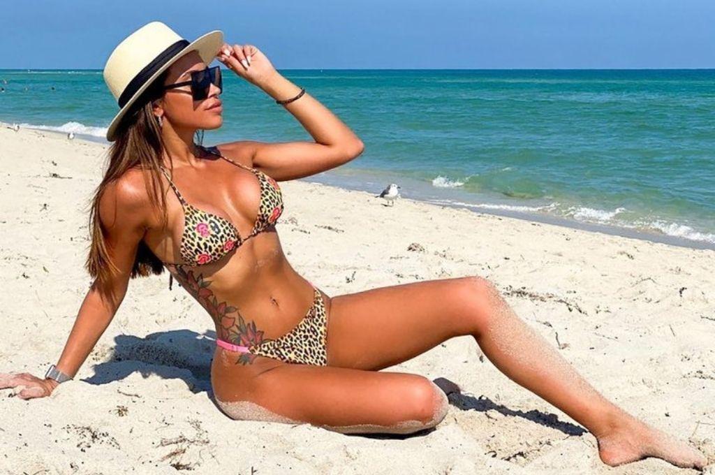 Antonella Belén Delmonte, la joven que recibió la vacuna rusa, posando en las playas de Miami. Crédito: Gentileza