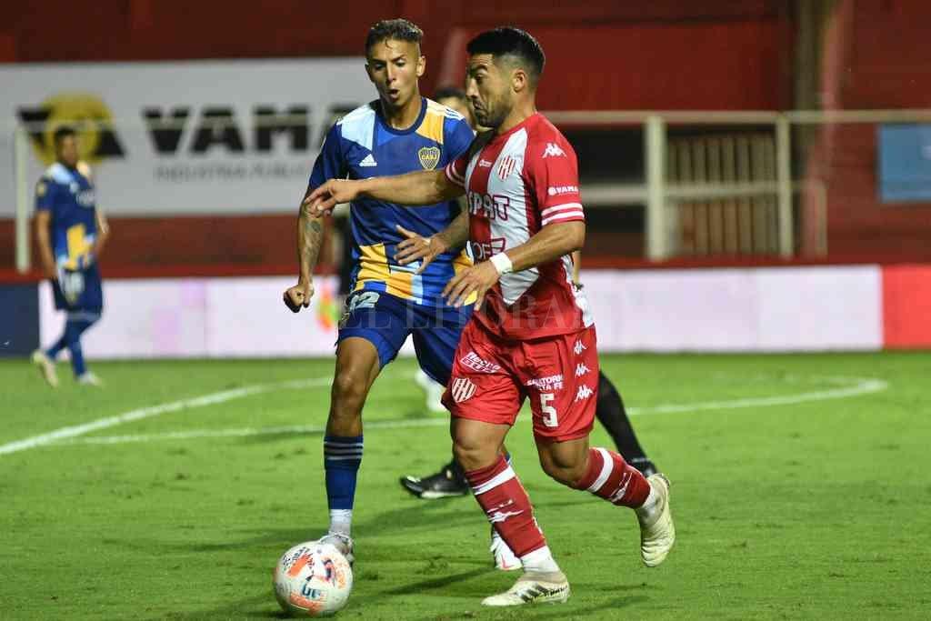 La postura firme y segura que tuvo Nelson Acevedo durante todo el partido, con pelota dominada ante la marca de Almendra. Fue uno de los mejores de Unión y del partido. Crédito: Pablo Aguirre