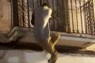 Encontró un ladrón en su cuarto y lo tiró por el balcón