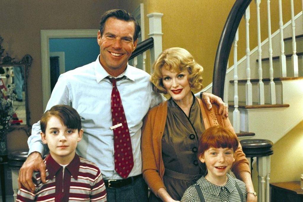 La película dirigida por Haynes comienza en esa estación, en 1957, en la que transcurre la vida apacible de la familia Whitaker: Cathy (Julianne Moore), Frank (Dennis Quaid) y sus dos hijos pequeños. Crédito: Focus Features