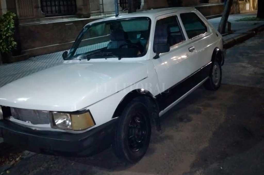 El Fiat 147 que abandonó uno de los rufianes en la calle para luego darse a la fuga. En su interior se halló un revólver, calibre 38. Crédito: El Litoral