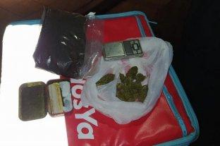 Un cadete llevaba en su caja de repartos marihuana y hasta una balanza