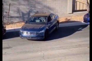 Le cuesta estacionar su auto y alguien acude a ayudar, pero no de la forma más lógica