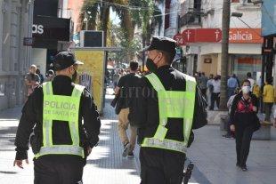 Desde el sábado comenzarán a vacunar a policías de calle en la provincia de Santa Fe