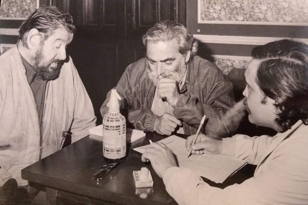 Edgar Bayley, Hugo Gola y Rogelio Alaniz. El bar no está más y el edificio tampoco.  Crédito: Archivo personal
