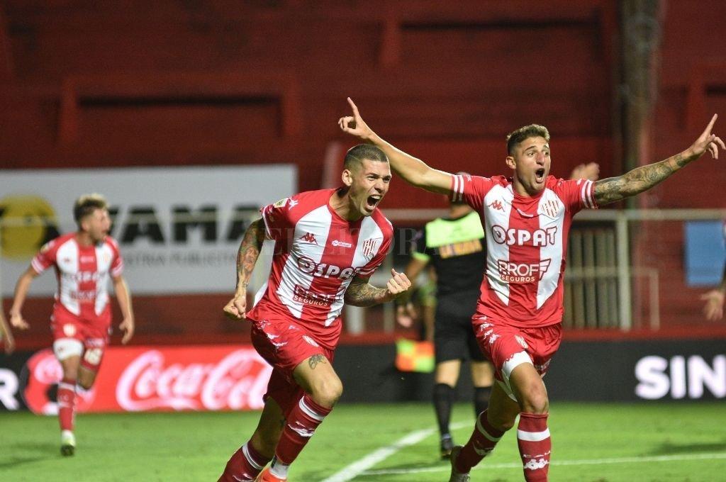 El festejo enloquecido del gol de Peñailillo ante Boca, por parte del autor y Gastón González. Es otro partido para jugar