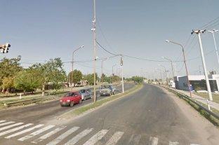 """Ataque """"piraña"""" en el acceso de Iturraspe y Perón: tiraron un palo con fuego sobre un auto y lo desvalijaron - Imagen ilustrativa"""