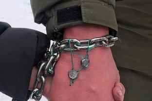 Una pareja ucraniana se encadenan y hacen todo junto