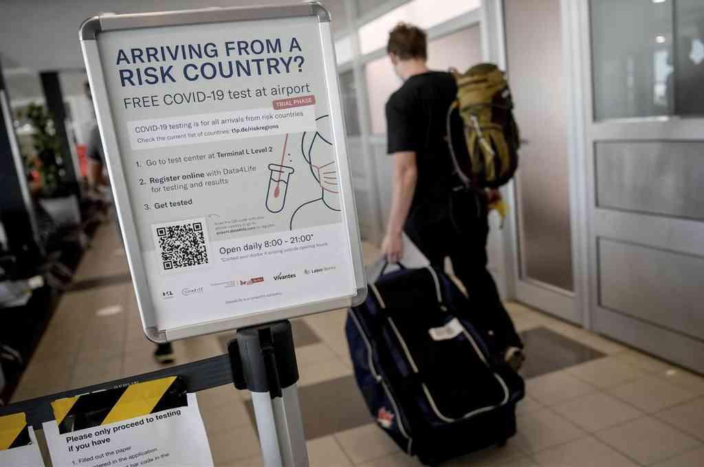 Un cartel informa de los test de coronavirus en el aeropuerto de Schönefeld, en Berlín, Alemania. Crédito: Agencias