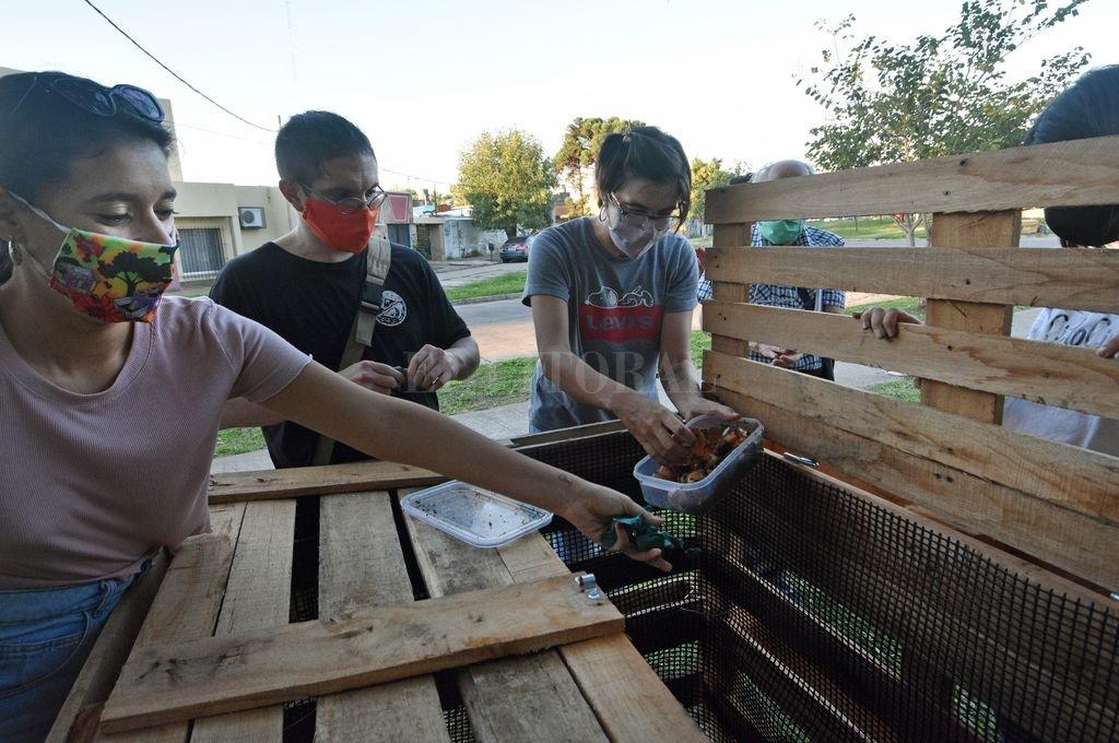 El jueves se empezó con el armado de la compostera, que se hizo con materiales reciclables, sobre todo con pallets: es como un gran cajón con tapa, indicó uno de sus impulsores. Crédito: Pablo Aguirre