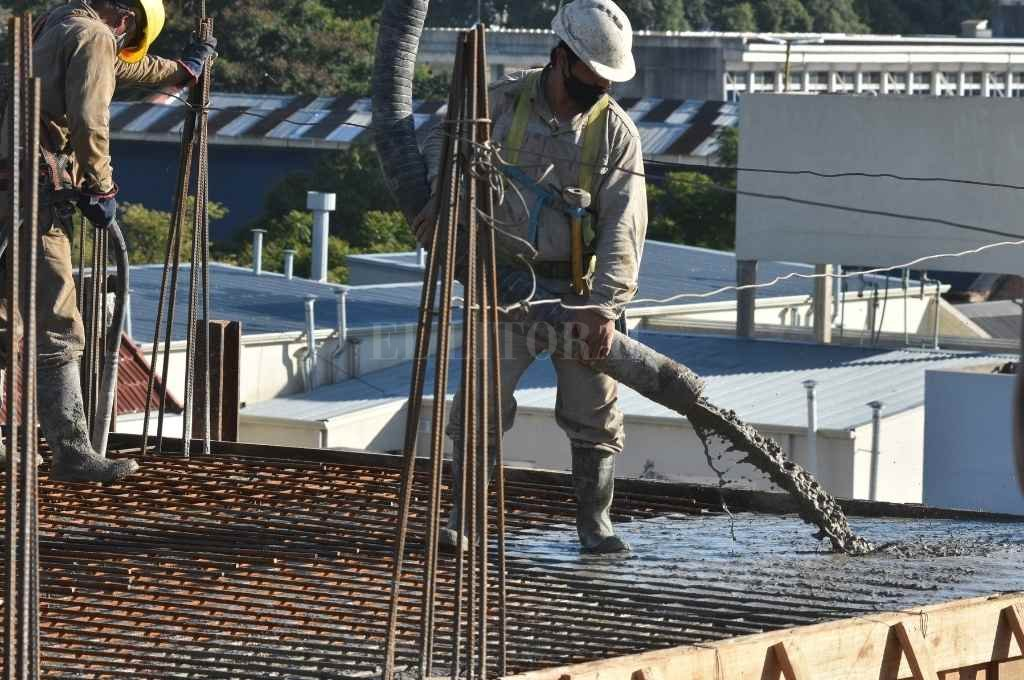 Operarios de CAM en plena tarea de hormigonado del edificio número 100 de la prestigiosa empresa.     Crédito: Mauricio Garín