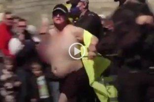 Video: detuvieron a una mujer semidesnuda durante el funeral de Felipe de Edimburgo