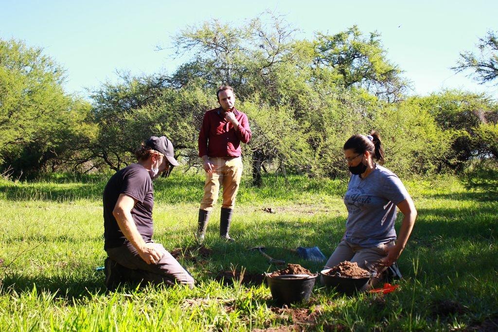 Prospección. El antropólogo Gabriel Cocco durante las tareas de prospección del suelo llevadas adelante este fin de semana sobre el margen este de la Setúbal. Los acompañó el subdirector de Enerfe, Juan Cesoni (en la foto). Crédito: Gentileza Enerfe.