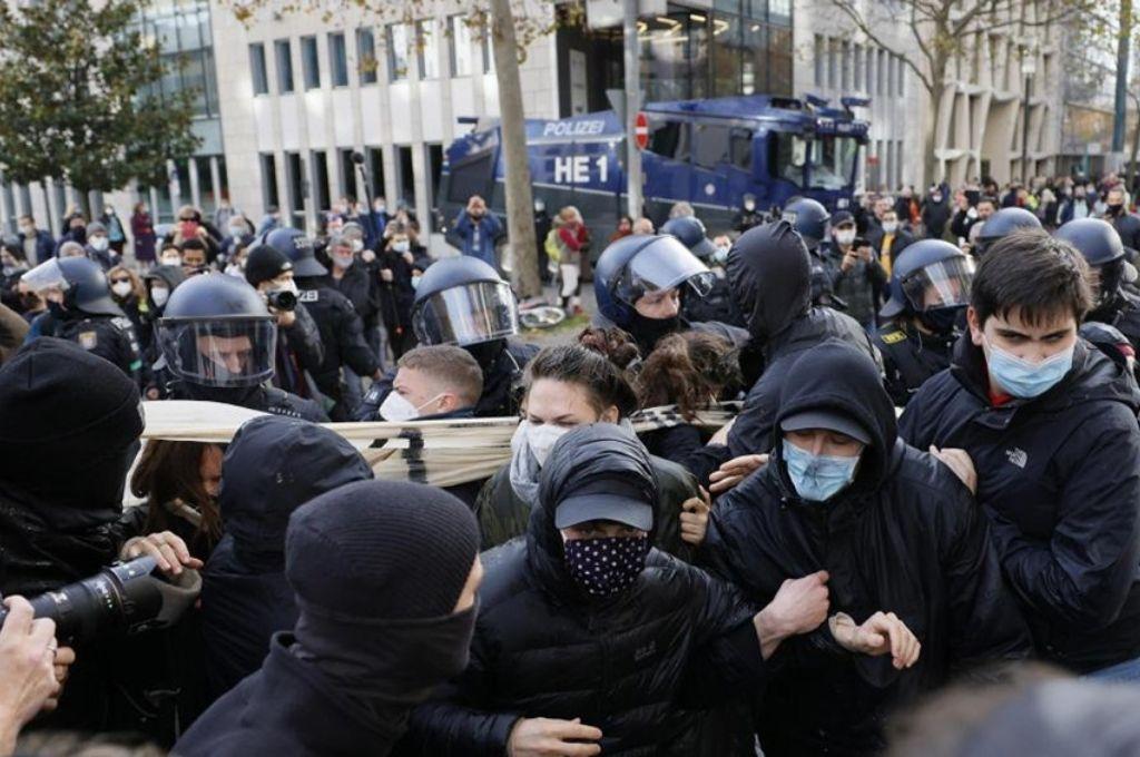 Casi 70 detenidos en violenta protesta contra las restricciones por el coronavirus -  -