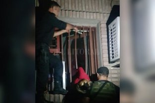 Insólito: ladrona embarazada quedó atrapada en una ventana - Personal de Bomberos Zapadores debió cortar parte de una reja para liberar a la mujer.