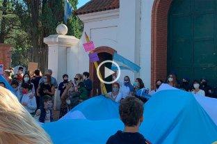 Clases en CABA: abrazos simbólicos en el conurbano y protesta de padres en Olivos