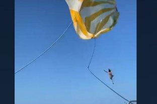 Viral: una mujer cae de parapente -