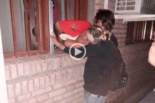 Video: así fue el operativo para rescatar a la ladrona embarazada atascada en una reja -