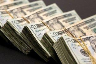 """El dólar """"blue"""" sube $ 1 y se vende a $ 143"""