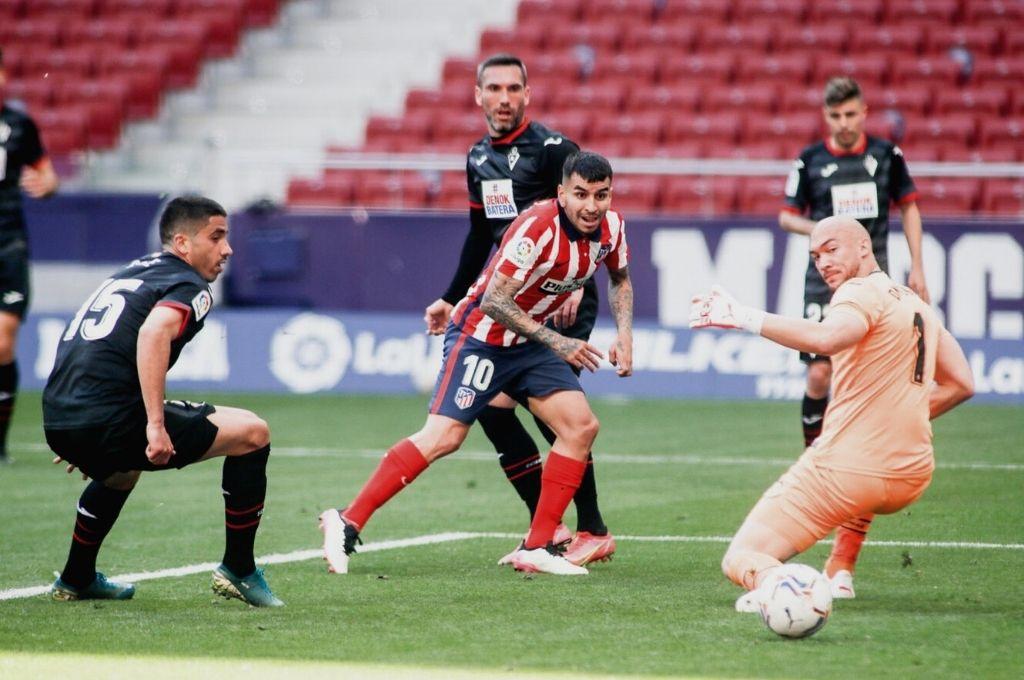 Correa ya definió y la pelota lleva destino de gol. El rosarino marcó dos en la jornada de ayer. Crédito: Gentileza