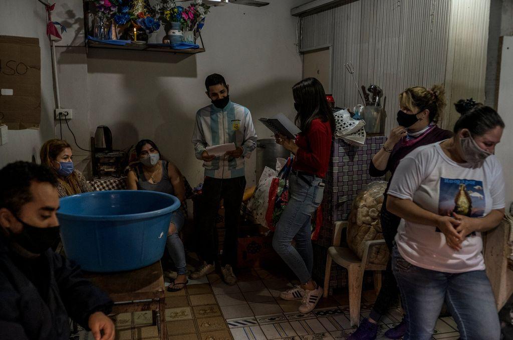 """""""Nos quedamos sin nada"""": una dura mirada a la pobreza en Argentina - Voluntarios realizando asistencia social en Buenos Aires -"""