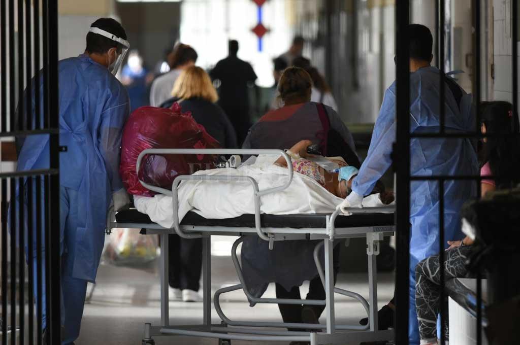 Agotados. El personal sanitario no para desde hace más de un año. Y la cosa se viene peor... Crédito: Mauricio Garín