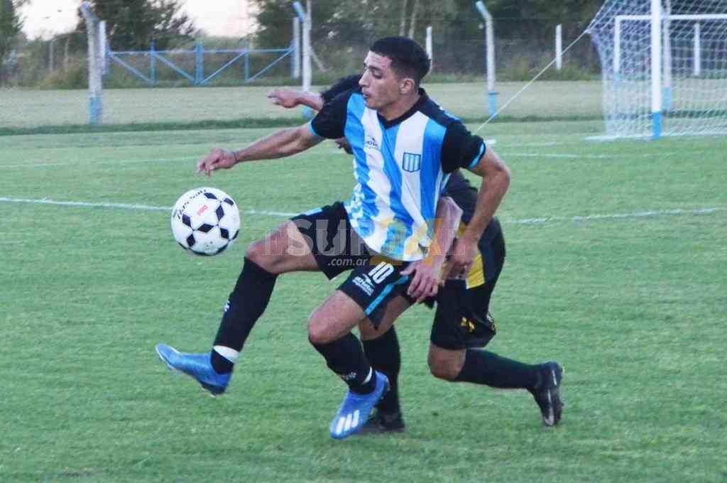 Un entretenido partido jugaron Argentino de Firmat y Carreras AC. Crédito: Sur24