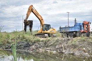 La Municipalidad continúa con la limpieza de canales a cielo abierto