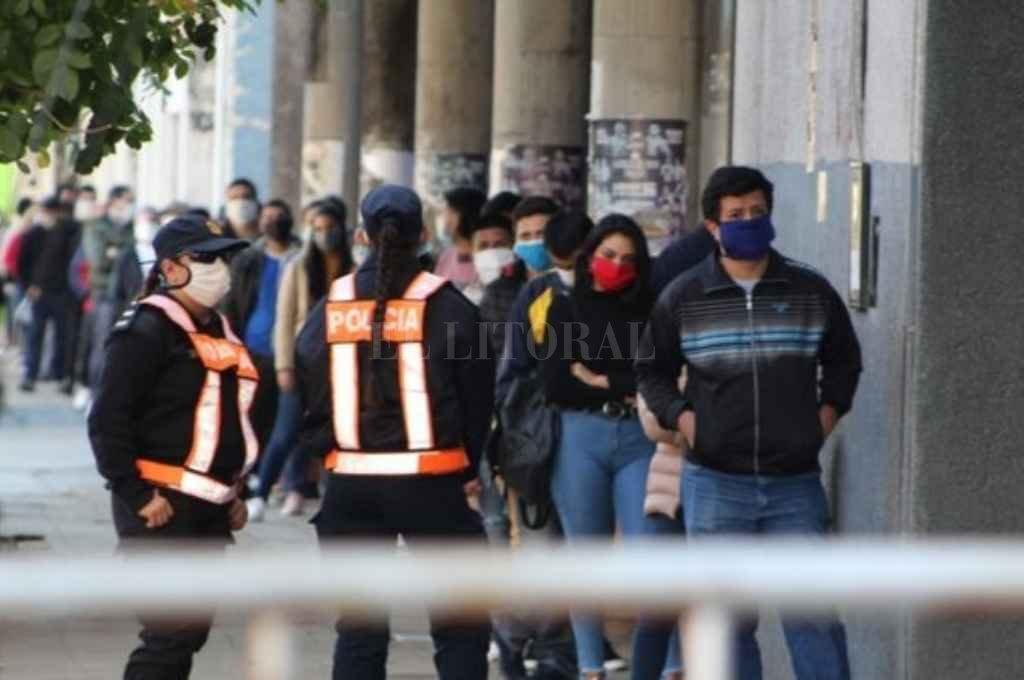 Largas filas se replicaron en los bancos de Corrientes para cobrar ayudas económicas. Crédito: Gentileza